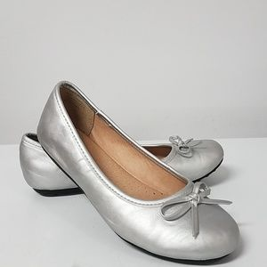 Girl's silver flats